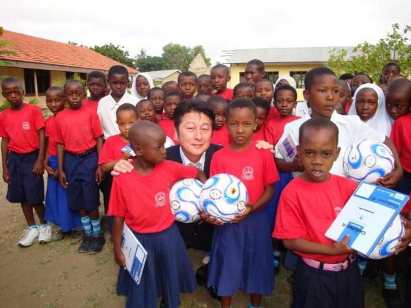 37 サッカーボール贈呈(タンザニア)